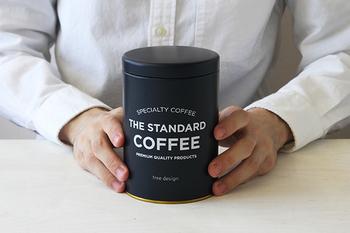 意外に迷ってしまうのが、買ってきたコーヒー豆の保管場所です。案外買った袋のまま置いている、なんて方も多いのでは? コーヒー豆は空気に触れないように密封保存することが重要ですので、専用のキャニスターがあると便利です。