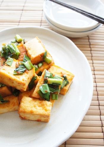 シンプルな厚揚げとニラの炒め物に豆板醤をプラスすると、アクセントになっていくらでも食べられてしまいそう。ボリューム感もあり、お弁当のおかずにもおすすめです。