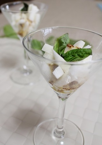 和風食材のながいもに粒マスタードをプラスすることで、今まで食べたことのない洋風の雰囲気を楽しむことができます。グラスに盛りつけて、涼し気な印象のスマートなひと品が出来上がりました。