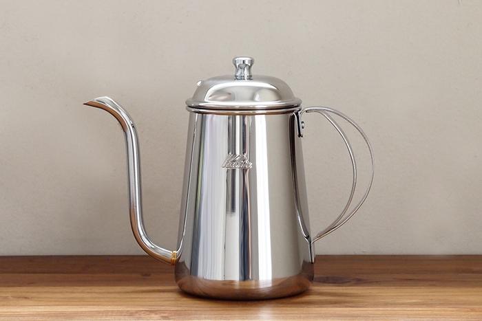 ハンドドリップコーヒーを美味しく淹れるには、お湯の注ぎ方が大切。カリタのステンレスポットはコーヒーの専門家にも愛される機能的で美しいポットです。細く湾曲したノズルで湯量を調節しやすく、細くゆっくりお湯を注ぐことでコーヒー豆をじっくり蒸らすことが出来ます。