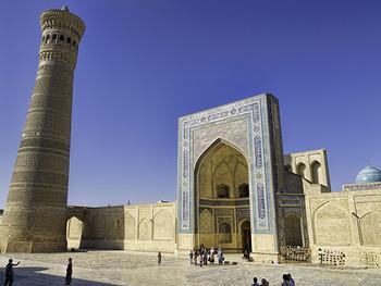 ウズベキスタンのカラーン・モスクも、永遠に連続するかのような幾何学文様で装飾されています。その美しさに、ついつい時間を忘れて立ちつくしてしまいそうですね。