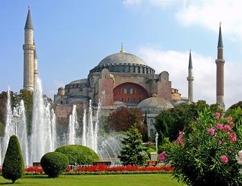 こちらは、アヤ・ソフィアの外観です。もともとキリスト教の大聖堂だったのですが、王様が変わってイスラム教のモスクに。キリスト文化とイスラム文化が共存するおもしろさがあります。