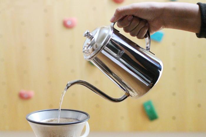 小ぶりで持ちやすく、ドリップの際に重さを感じません。直火もOKですが、沸かしたてよりは他のケトルで沸かしたお湯を移し替えてコーヒーに適した温度にするのがオススメです。じっくりお湯を注ぐ時間は、気持ちにちょっとしたゆとりと安らぎを与えてくれますね。