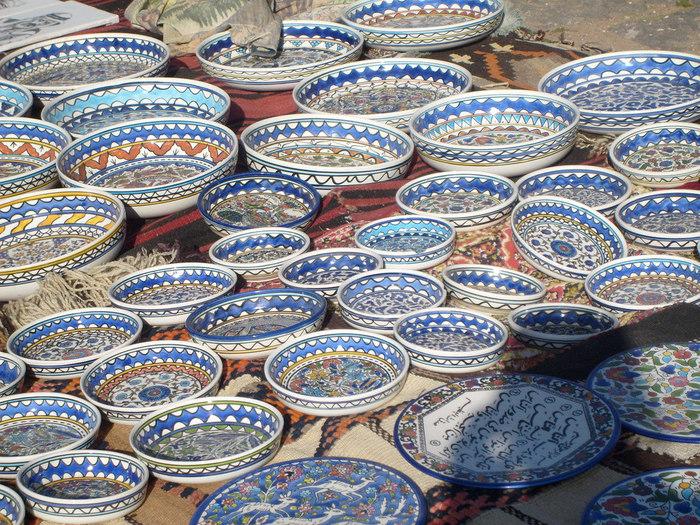 イスラム文化圏は国を超えて存在しています。こちらの心が躍るカラフルな陶器は、モロッコのお皿。