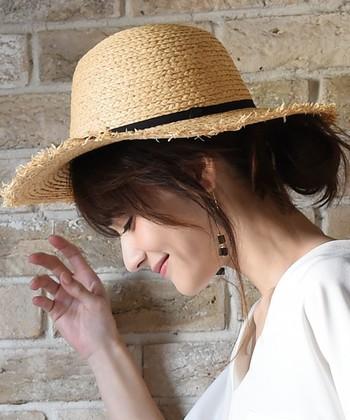 帽子の裾から覗くおだんごヘアはとってもキュート。ヘアゴムひとつでも簡単に作ることができて便利です♪