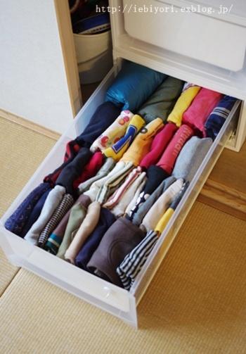 衣類をすっきり収納させるコツは、立てて収納すること。どこにどの衣類があるのかひと目で分かるようになり、使う時にも簡単に取り出せます。