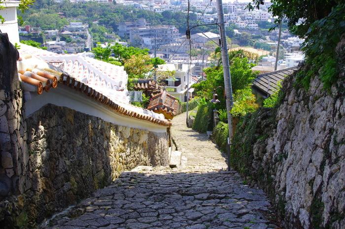 首里城公園の南側斜面の「首里金城町石畳道」は、沖縄の時代や文化が残る数少ない坂道風景です。14世紀から19世紀に反映した、琉球王朝の城下町「金城城」にあります。