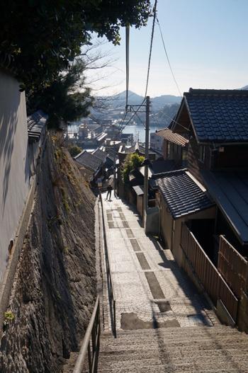 「千光寺」へ続く参道が「千光寺新道」になります。どこかのんびりした空気が流れる、石畳の素敵すぎる坂道。一歩一歩すすむほどに、文学の世界に入り込んでいくような不思議な感覚を覚えます。