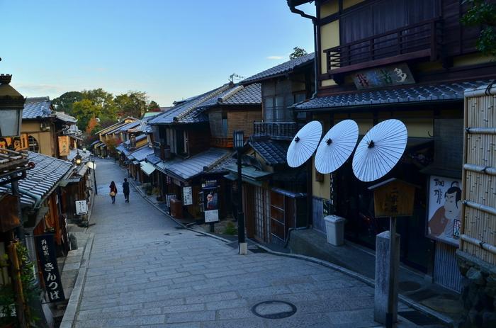 京都市にある、産寧坂(さんねいざか)。東山の観光地として有名で、別名、三年坂(さんねんざか)とも呼ばれます。音羽山清水寺の参道「清水坂」から北へ石段で降りる坂道がなんとも風情があって素敵ですね。
