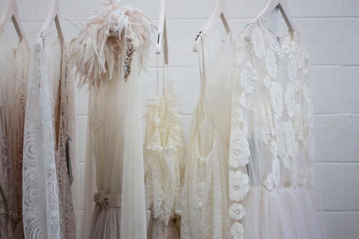 ドレスの製作費用は、素材やボリューム感にもよりますが、ドレスを買ったりレンタルするのに比べたら節約できます。頑張って作った分、浮いた費用はハネムーンなどに回せますよ♪