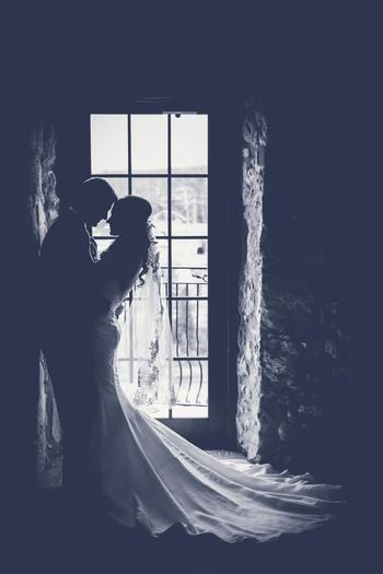 結婚式は写真に残ります。横からも後ろからも360度美しい姿で映るよう、シルエット作りは特に念入りに。  一度仮縫いをして着てみて、理想のシルエットと違ったらその段階で直して、丁寧に自分の体型にフィットさせていきましょう。