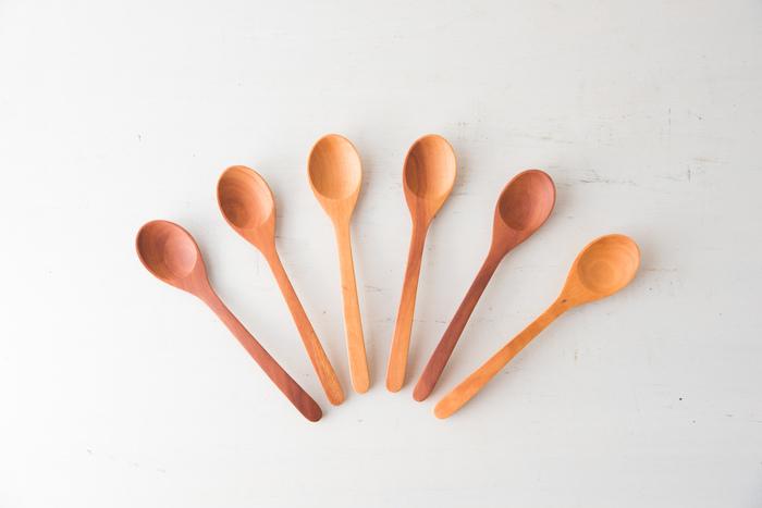 インドネシア産の「サオ」の木から手作業で一つ一つ作られているスプーン。耐水性、耐久性ともに抜群で、赤ちゃんのホッペのような滑らかな風合いを目指して仕上げられているそう。色味は3種類から選ぶことができますが、価格もお手頃なのでたくさん揃えたくなります。