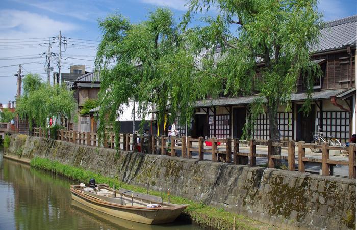 千葉の佐原はかつて利根川水運の中継基地として栄えた場所で「北総の小江戸」とも呼ばれ、現在でも川沿いを中心として江戸情緒あふれる古い町並みが残っています。
