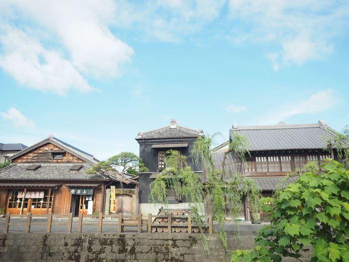 江戸時代から明治にかけての古い商家や町屋が,今でも小野川や街道沿いに建ち並んでいます。1892(明治25)年の大火以前に建てられた建物が63棟、大火後の明治後期の建物が70棟存在。国選定の重要伝統的建造物群保存地区ともなっています。