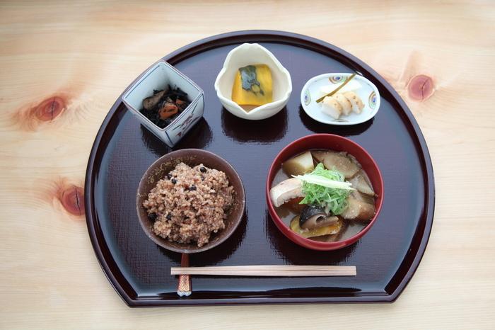 日本の伝統的生活文化を現代人の感覚に合わせて提案する「結わえる」。美味しい寝かせ玄米や、季節ごとに旬のものを使ったお惣菜、具だくさんのマル汁などを自由に組み合わせた定食がいただけるごはん屋さんです。 全国各地の美味しくて本格的な調味料や食材、自社農園や提携農家さんの無農薬野菜などを販売している「よろずや」もあります。