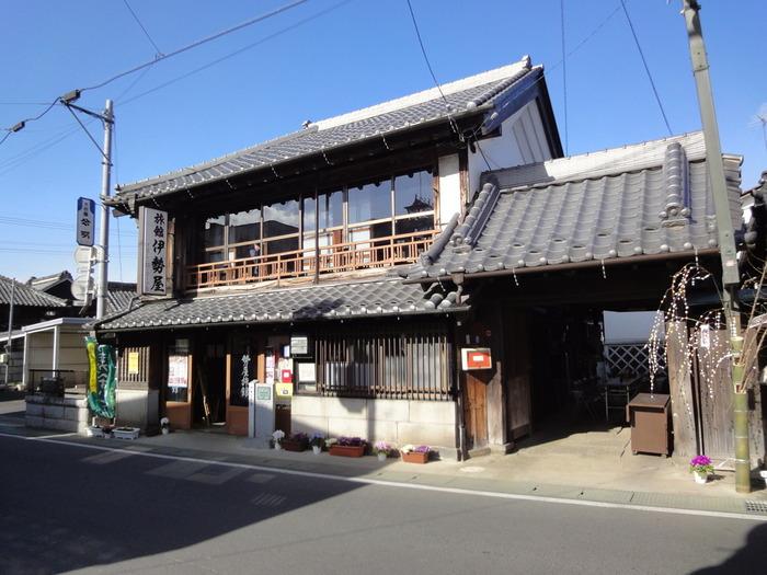 真壁の町割りは、戦国時代末期の真壁氏時代に形成され、江戸時代初期の浅野氏時代に完成したといわれています。その時代からほとんど変わらない町並みに、蔵や門などの歴史的建造物が今なおその姿を残しています。 写真の建物は「伊勢屋旅館」。明治中期に建てられ、平成12年に国の登録文化財になりました。宿泊や昼食に利用もできるのでぜひ立ち寄りたいものです。