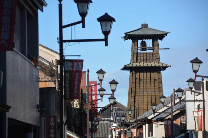 時の鐘  川越のシンボルといえば「時の鐘」。蔵造りの町並みと共に、江戸の面影を残す建造物となっています。鐘が鳴るのは一日4回。情緒ある鐘の音は「残したい日本の音風景100選」に選定されています。