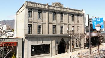 飯島商店の「みすゞ飴」は、ながの東急百貨店や長野のお土産店でもお買い求めいただけますが、上田市に行く方は、こちらの「上田本店」にも寄ってみてはいかがでしょうか。 風格のある建物は大正13年に建てられ、国登録有形文化財にも指定されています。