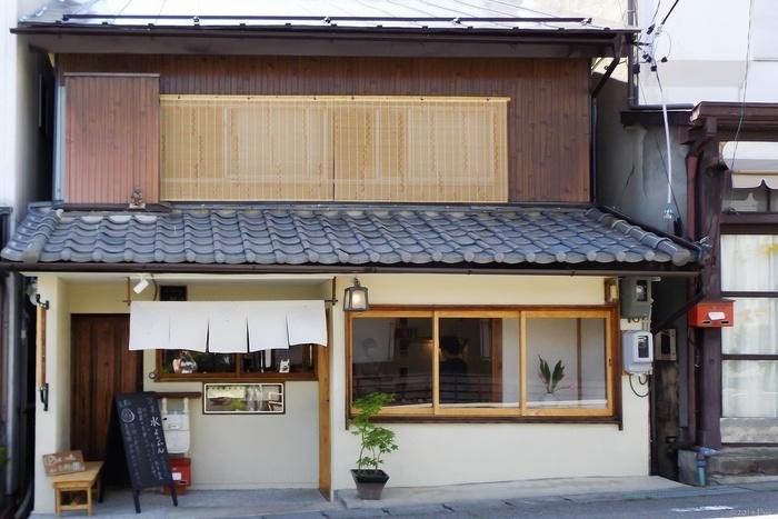 善光寺下、参道から一本路地を入った場所にあるのが「豆暦(マメコヨミ)」。若い女性和菓子職人が切り盛りするお店です。古いお店をリノベーションした外観にも惹かれますね。