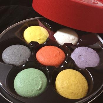 こちらは「七味マカロン」! 老舗の名にあぐらをかくことなく、精力的に新しい味わいを開発しているのも魅力です。
