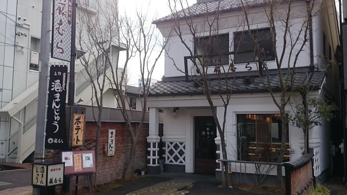 城下町として発展した松本は、和菓子文化が根ざしています。こちらは松本にある和菓子屋の「藤むら」さん。周囲は蔵が立ち並ぶ人気観光地なので、松本観光のついでに訪れてみましょう。お店は「蔵シック館」を曲がった右手にあります。