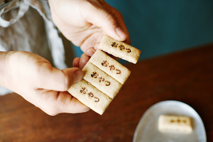 """""""おやつ""""という焼印が押されたカワチ製菓のクッキーは、その名も「おやつチケット」。チケットのように切り離すのが楽しいお菓子です。"""