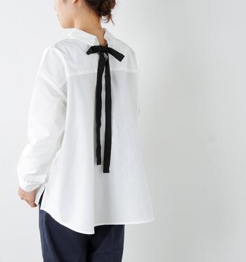 定番の白シャツはデザインコンシャスなものをセレクトして。ちょっと長めのリボンが大人可愛い雰囲気に。