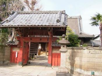 赤い門が印象的な善光寺。善光寺坂は「たけくらべ」「にごりえ」の著者として有名な樋口一葉もよく歩いていた道なのだそう。