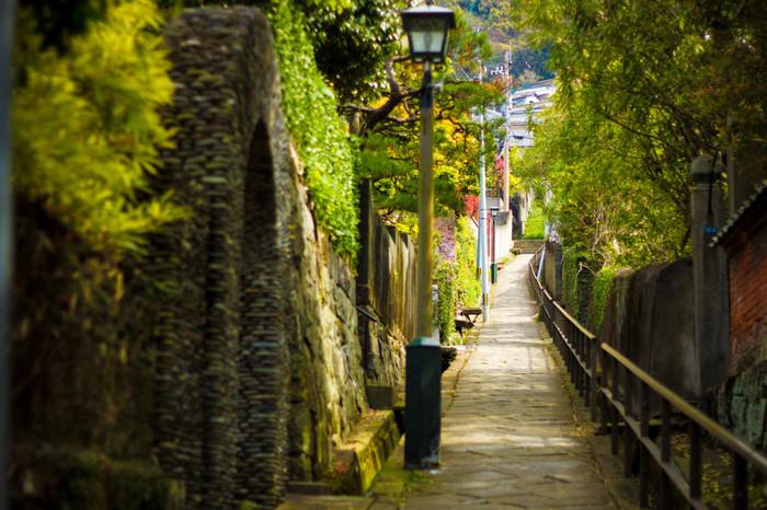 長崎は「坂の街」とも呼ばれるほど日本有数の坂だらけのスポット。オランダ坂をはじめ数多くの風情のある坂に囲まれていますが、この「どんどん坂」はジブリのような世界感に圧倒されます。雨がどんどん音を立てて流れるのでこの名前がついたそうです。