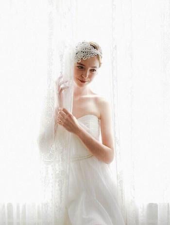ナチュラルなウエディングドレスが完成したら、次はドレス作りで余った生地を使ってお揃いのヘッドドレスも作りましょう。  レースやチュールを使えば、切ってもほどけないので簡単に作れます。生地が余らなかったという方は、ドレスと同じ色味を選ぶのを忘れずに。