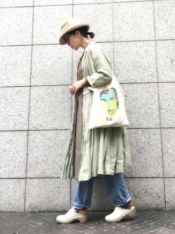 フレア感のあるワンピースも、デニムスタイルにジャケットのように羽織ってゆるさを演出。メンズライクなメガネやバッグを加えて、甘さを調節して。