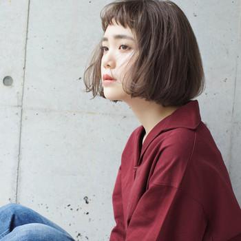 くせ毛っぽい感じがたまらないこちらのスタイル。短め前髪のおかげで、フェミニンな雰囲気が増している感じがしませんか?
