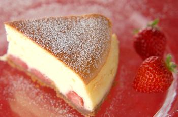 ふわふわのスフレチーズケーキの底に、いちごを甘く煮たコンポートをたっぷり。お楽しみいっぱいの贅沢なスイーツです。
