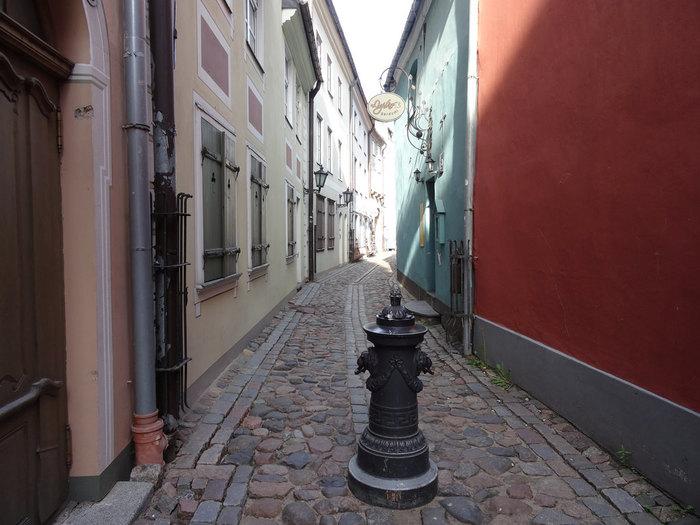 パステルカラーの壁をした可愛らしい建物が立ち並ぶ石畳の路地を歩いていると、まるで絵本の中に入り込んだような気分を覚えます。