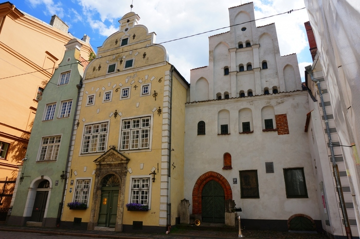 三人兄弟とは、リガ旧市街内にある兄弟のように肩を寄せ合って立ち並ぶ中世の住宅です。白壁の長男は、15世紀に建てられた建造物で、住宅としてはリガ最古のものです。黄色の壁をした次男は17世紀に、グリーンの三男は17世紀末に建築されたものです。