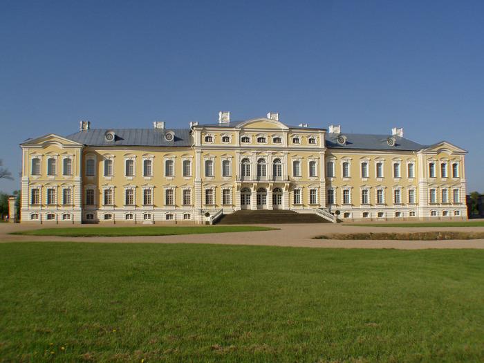 「バルトのヴェルサイユ」という異名を持つルルンダーレ宮殿は、1736年から1740年にかけて建築された宮殿で、ラトヴィアで最も美しいバロック・ロココ様式の建造物の一つです。