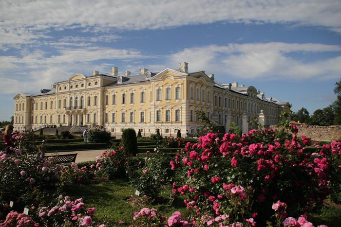 ルンダーレ宮殿敷地内にある庭園には見事なバラ園があります。競うように咲き誇る見事なバラ、抜けるような青空、壮麗なルンダーレ宮殿が織りなす景色は、一枚の絵画のような素晴らしさです。