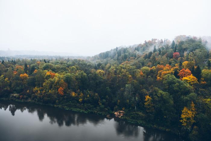 ラトヴィア北部、エストニアとの国境付近に位置するスィグルダは、豊かな森と深い渓谷が広がっており、「ラトヴィアのスイス」と呼ばれています。