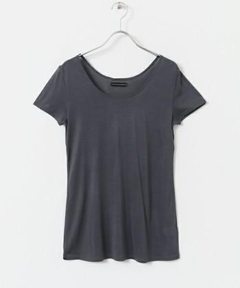 汗かきさんにぴったりの袖付きアンダーウェアです。短めのフレンチスリーブなので、Tシャツなどにも合わせられて便利。シルク100%という贅沢な着心地も見逃せません。