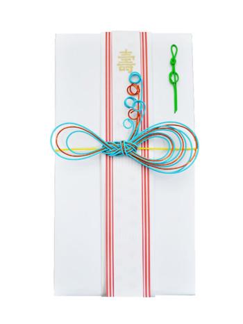 伝統的な紅白のご祝儀袋にアレンジされているのは、ミョウガ結びという結び方をアレンジしたオリジナルのほどけないリボン結び。フレッシュな雰囲気を感じますね。