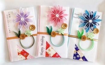 ペーパークイリングのお花が印象的なご祝儀袋です。短冊の使い方次第で、洋風にも和風にも使うことができるご祝儀袋はなかなかありません。