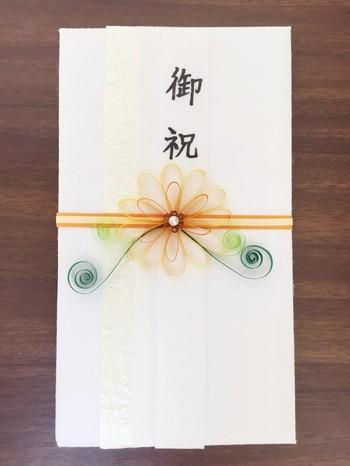 こちらのご祝儀袋では、和紙とペーパークイリングを効果的に使っています。お花の中央には、パールが輝き、くるりと巻いた葉っぱがとても愛らしいですね。