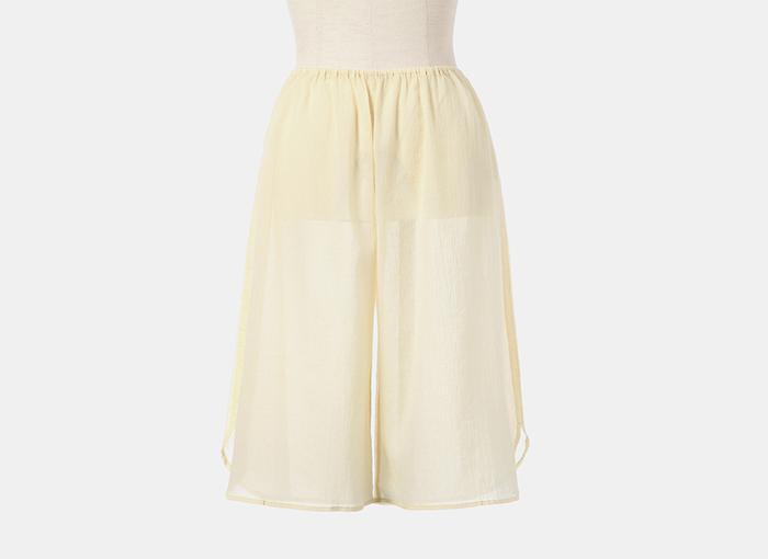 さらっと軽やかなちりめん素材は、一度履いたらやみつきになる心地よさ。下半身の汗をたっぷり吸収してくれるので、ロングスカートやワイドパンツのインナーに最適です。