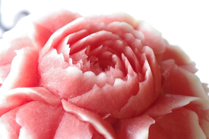 すいかで作られた大輪のバラ。皮の白い部分に向かってのグラデーションがとても美しいですね。