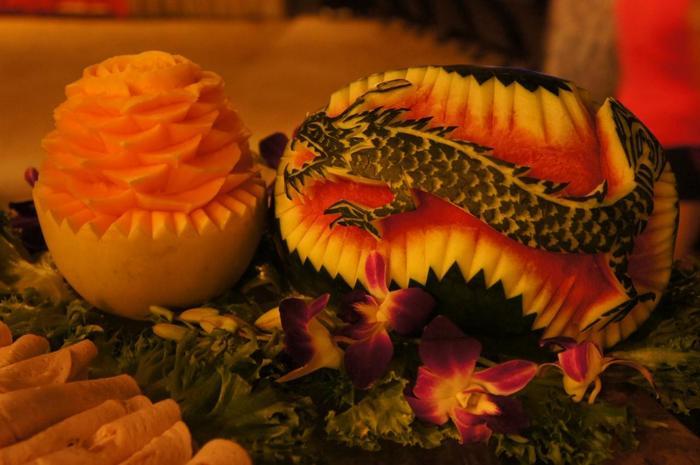本場・タイのフルーツカービング。タイではよく見かける楕円形のスイカに、龍が見事に彫られていますね。