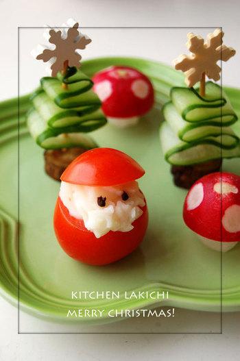 クリスマスモチーフのキュートでかわいい飾り切り。サンタはプチトマトとマッシュポテト。きのこはラディッシュ。ツリーはきゅうりの薄切りで作ってあります。
