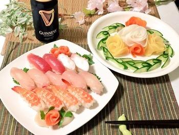 にんじん・大根・たくあんで作ったバラにきゅうりの飾り切りの葉を添えて。お寿司が華やかに彩られ、特別感がアップしますね。