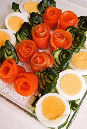 スモークサーモンのバラにきゅうりの飾り切りの葉を添えた、お花畑のサラダ。パーティーにはぴったりですね。わぁっと歓声があがりそうです。