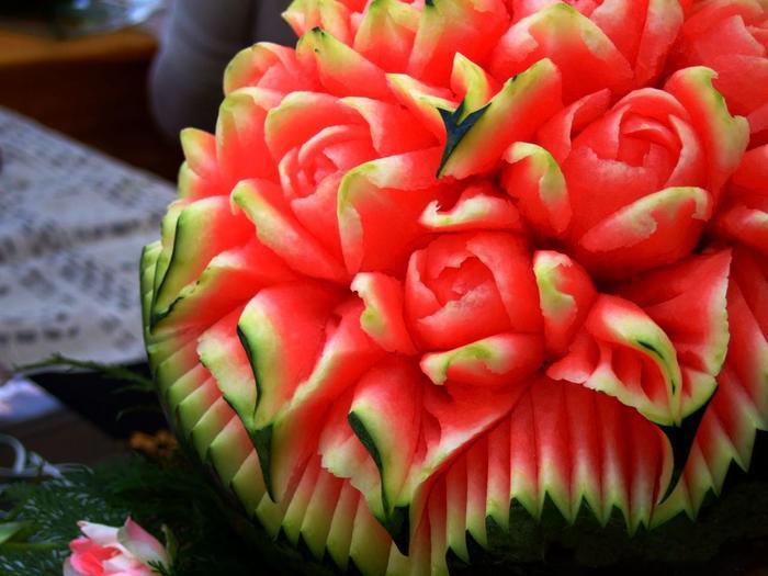 バラのブーケ。スイカの果実の淡い赤と、皮の緑のコントラストを活かした作品。バラの花びらの反り具合まで忠実に再現されています。