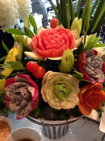 本物の花にもひけを取らない華やかさですね。ドラゴンフルーツの種がいいアクセントになって、面白い仕上がりになっています。皮と果肉の使い方もお見事。